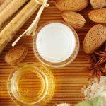 مرطب العسل وزيت اللوز للتخلص من قشور البشرة