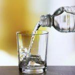 الفرق مياه الصنبور والمياه المعدنية والمياه القلوية