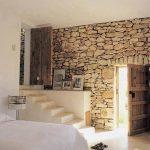 صور أشكال الحوائط الحجرية المميزة للديكور الداخلي حائط-حجري-لغرفة-نوم-