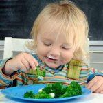 الموعد المناسب للطفل حتى يطعم نفسه