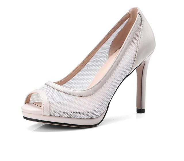 حذاء بكعب عالي بثقوب
