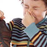 طرق التخلص من رائحة الحذاء والقدمين
