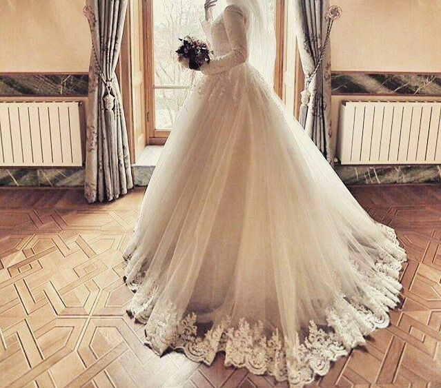 فستان زفاف للمحجبات بذيل مطرز