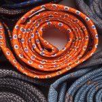 كيفية اختيار رابطة عنق مناسبة في ٣ خطوات 