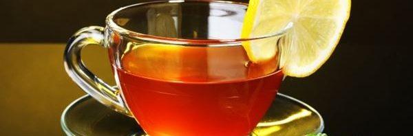 الشاي بالليمون الساخن