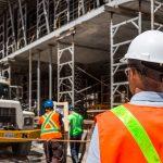 الفرق في الوان الخوذة بين المهندسين والمشرفين والعمال