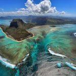 شلالات مياه تحت الماء في جزيرة موريشيوس
