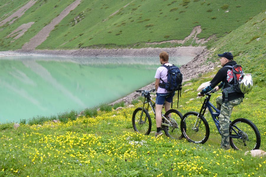 السياحة قرغيزستان بحيرة.jpg