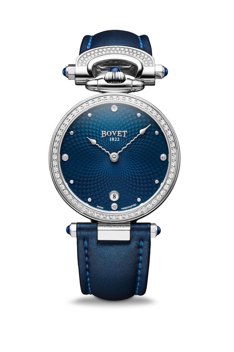3fe6dfcb5 هي ساعة قابلة للتحويل من ساعة اليد لساعة الطاولة إلى قلادة . تتوفر الساعة  باللونين الأزرق والبني مع علبة من الفولاذ المقاوم للصدأ قطرها 36 مم ،  وتعتبر ...