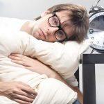 اسباب النوم المتقطع وكيف يمكن علاجه