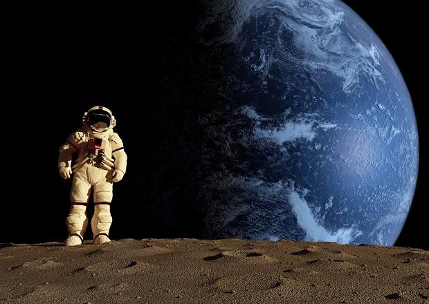 حوار بين رائد فضاء وغرفة الاتصالات الفضائية المرسال