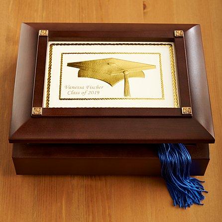 d6fb9e22d إنه صندوق خشبي جميل مبطن بالمخمل الأسود لعقد المجوهرات والتذكارات . عندما  يتم رفع الغطاء ، يلعب الصندوق . يتميز الجزء الداخلي من العلبة بمقصورة واضحة  تضم ...