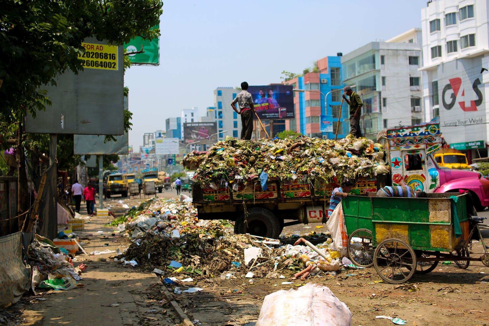 حوار بين شخصين عن رمي النفايات المرسال