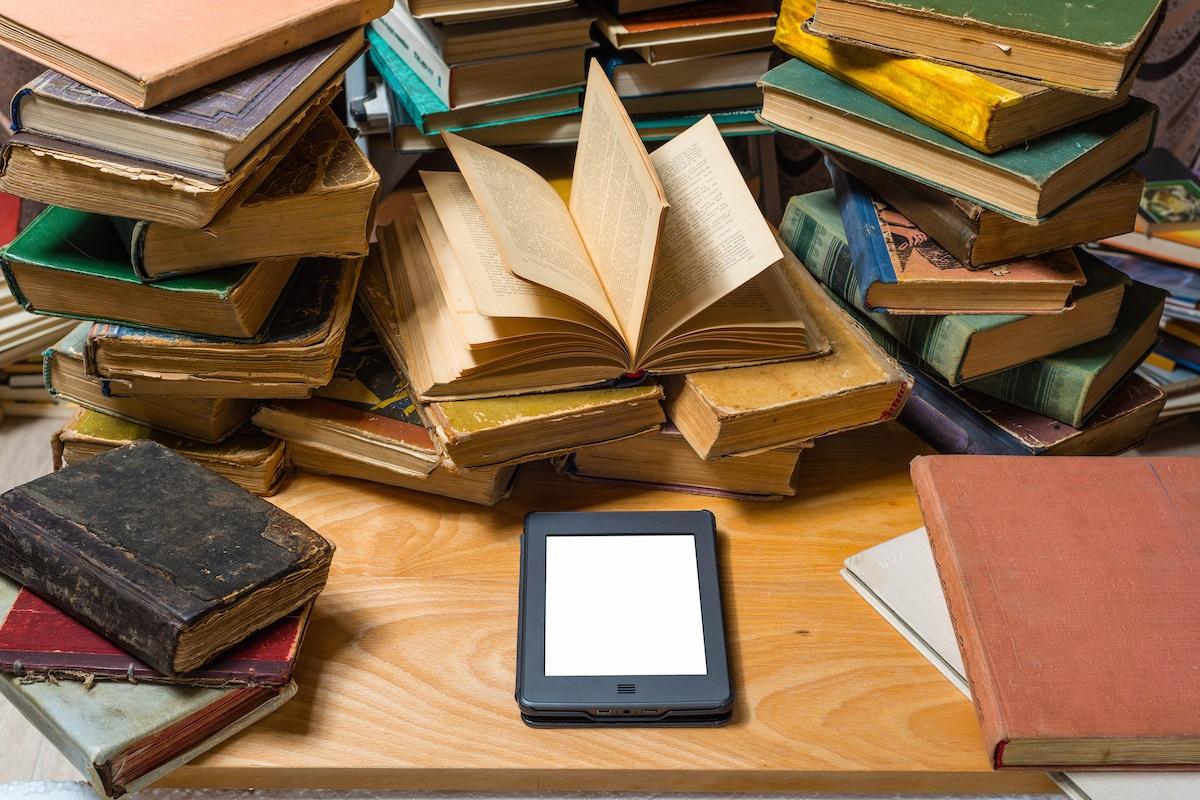 حوار بين الكتاب الورقي والكتاب الالكتروني موسوعة ورقات العربية